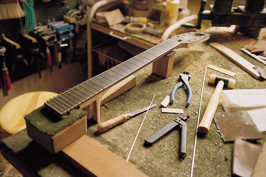 El arte de un luthier de guitarra virtuosos de la for Luthier guitarra electrica