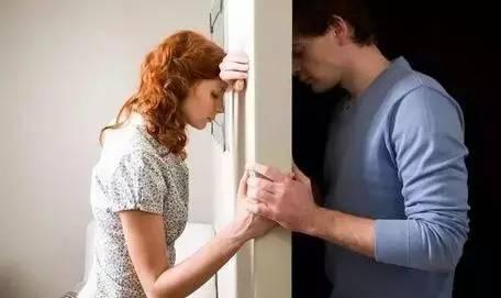 Chồng phá sản muốn ly hôn, vợ cự tuyệt còn đòi nợ 300 triệu, 2 năm sau anh trả tiền nhưng bật khóc nhận ra…