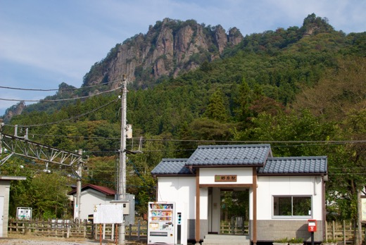 JR吾妻線郷原駅と岩櫃山