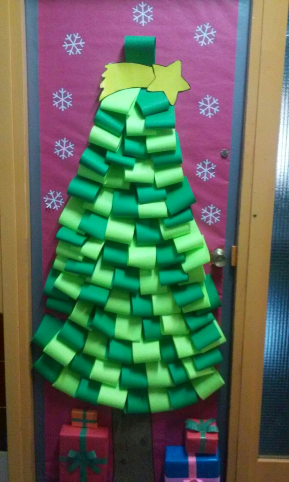 Comunidad de aprendizaje la paz de albacete for Puertas decoradas navidad material reciclable