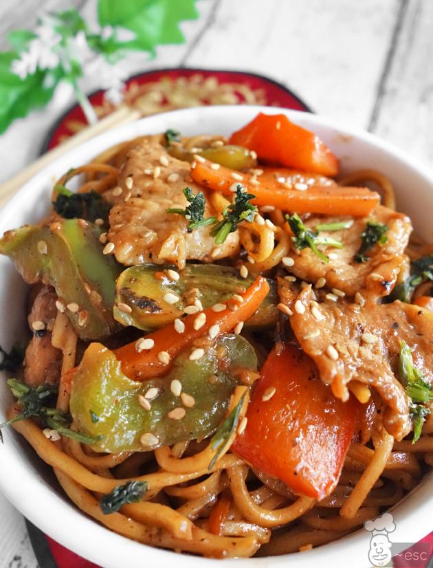 Fideos chinos con cordero y verduras. Lo mein con filetes de pierna de cordero