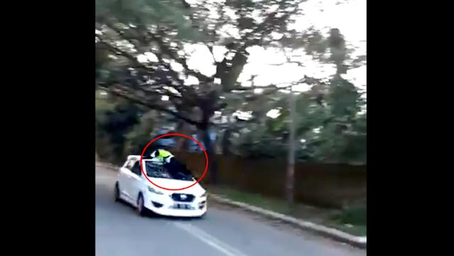 Bak Film Laga! Polantas Gowa Ditabrak Hingga Naik ke Atap Mobil