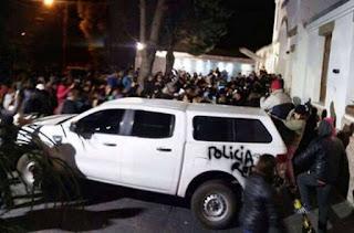 Momentos de máxima tensión se viven en Río Gallegos a raíz de la protesta de un grupo numeroso de manifestantes que llegaron hasta la residencia oficial de la gobernadora Alicia Kirchner tras tomar conocimiento de la presencia en el lugar de la ex presidenta Cristina Kirchner.