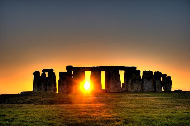 Mặt Trời mọc lên ở di sản Stonehenge của Anh Quốc. Hình ảnh: Wikipedia.