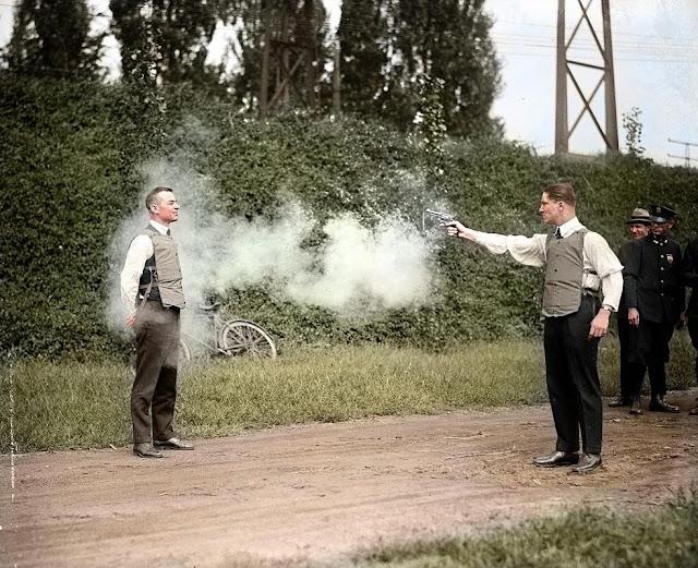 foto testing rompi anti peluru tahun 1932