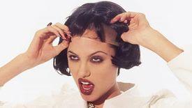 Angelina Jolie avec une perruque sur des photos de 1995