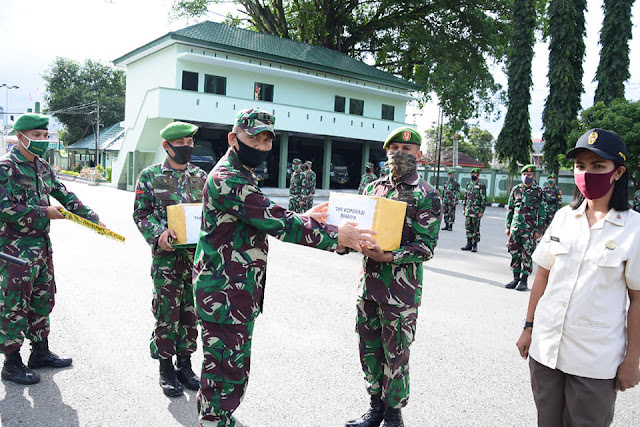 Deddy Sitanggang Berikan THR ke Prajurit dan PNS Korem Binaiya