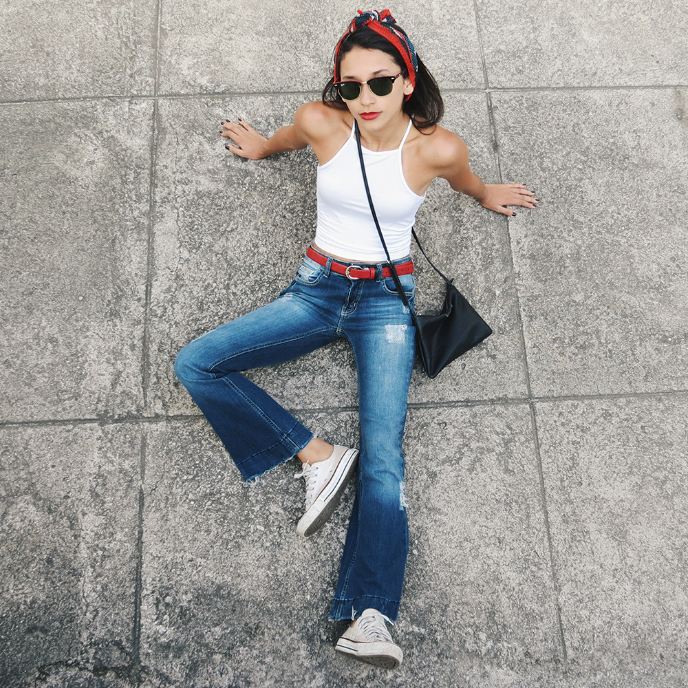 menina vestindo calça flare com lenço na cabeça