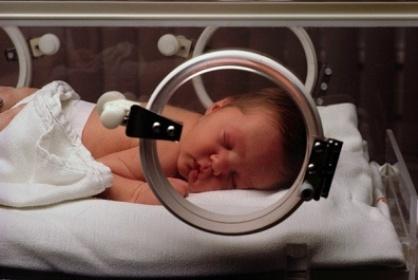 Trẻ sinh non được chăm sóc đặc biệt trong lồng kính