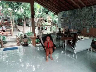 Lies bersantai di salah satu rumah Osing Desa Kemiren