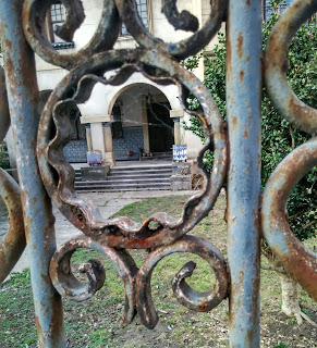 Vista de la entrada a través de una verja de una casona en Arriondas
