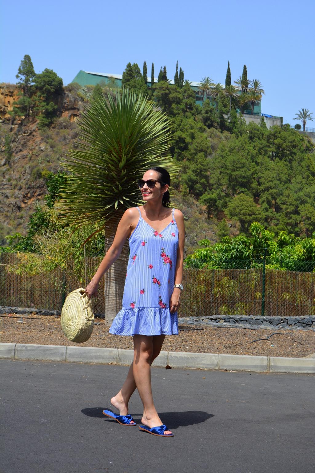 outfit-vestido-rayas-flores-bolso-mimbre-palas-zara