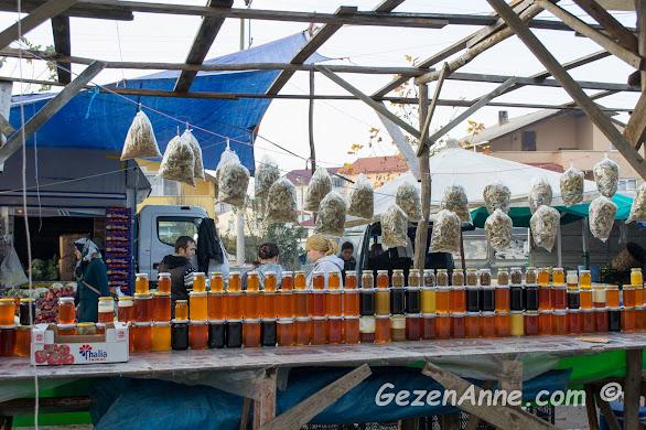 pazar günleri kurulan Kefken pazarında bir bal tezgahı, Kandıra Kocaeli