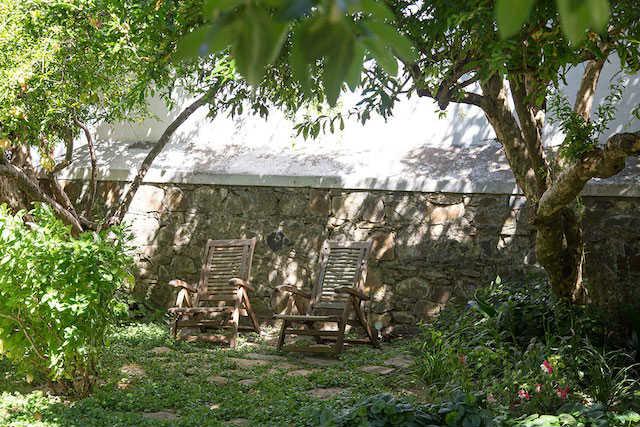 sillas de madera en el jardín