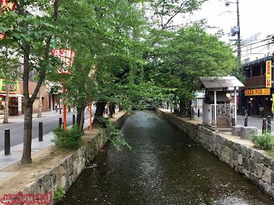 Canal de agua paralelo a Pontocho, en Kyoto.