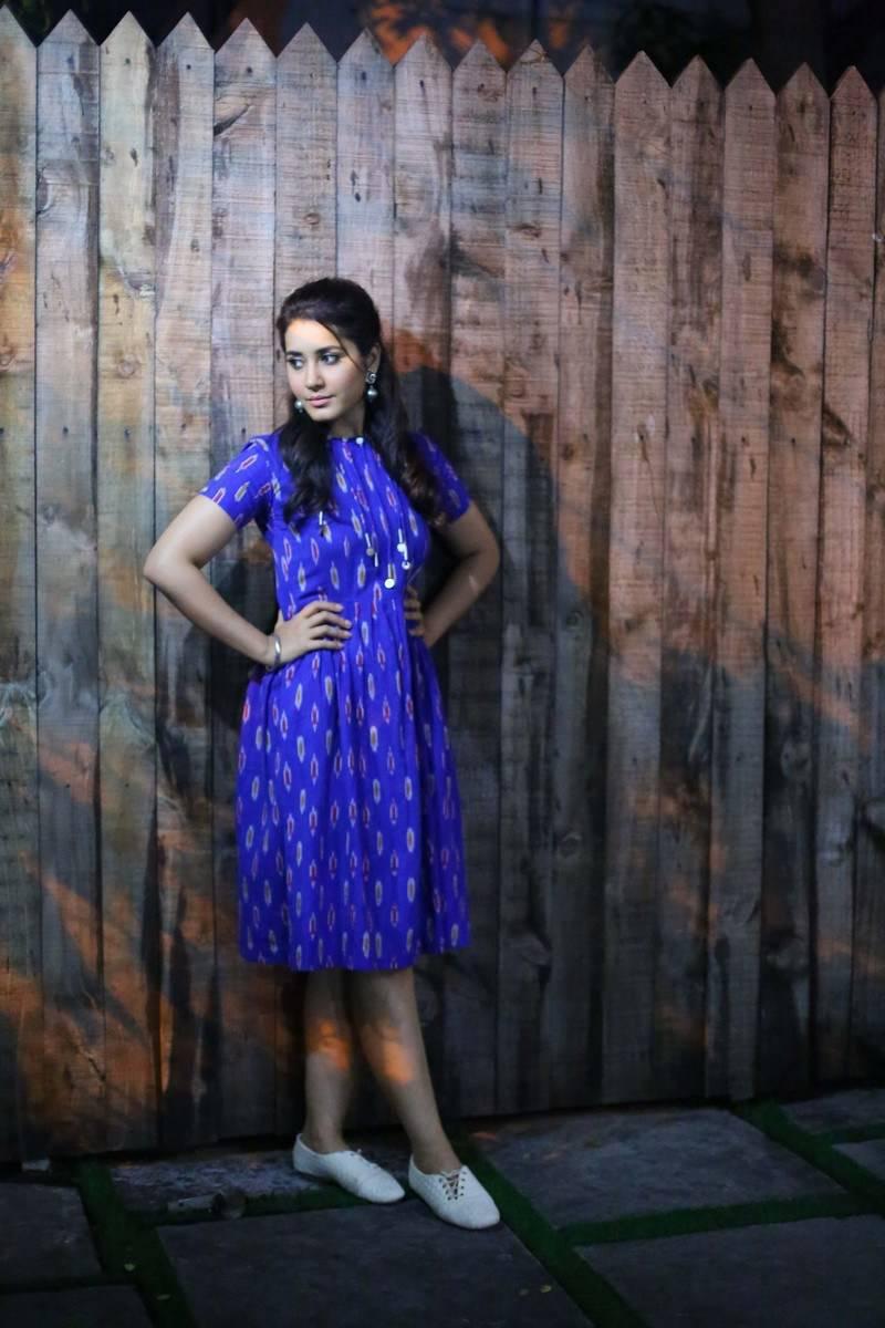 Rashi Khanna Beautiful Hairstyle In Blue Dress At Awards 2016