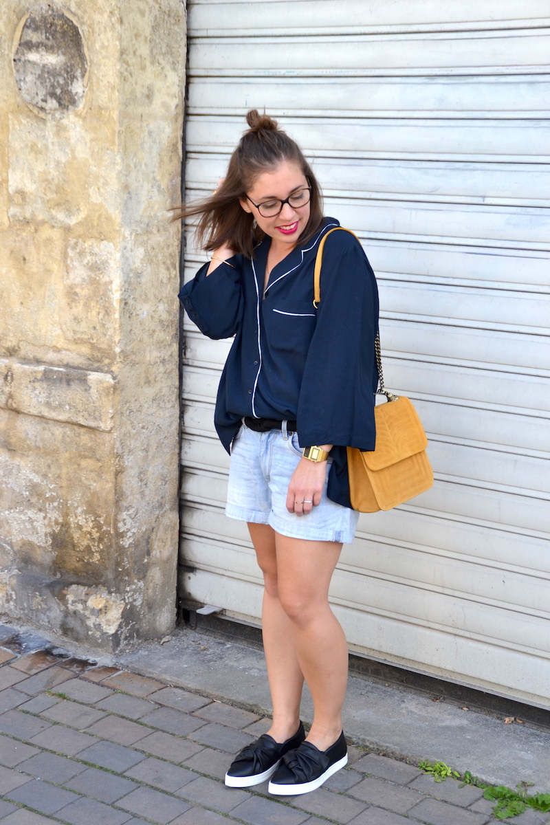 chemisier pyjama bleu H&M, short en jean H&M, tennis noeuds Mango, sac jaune moutarde zara