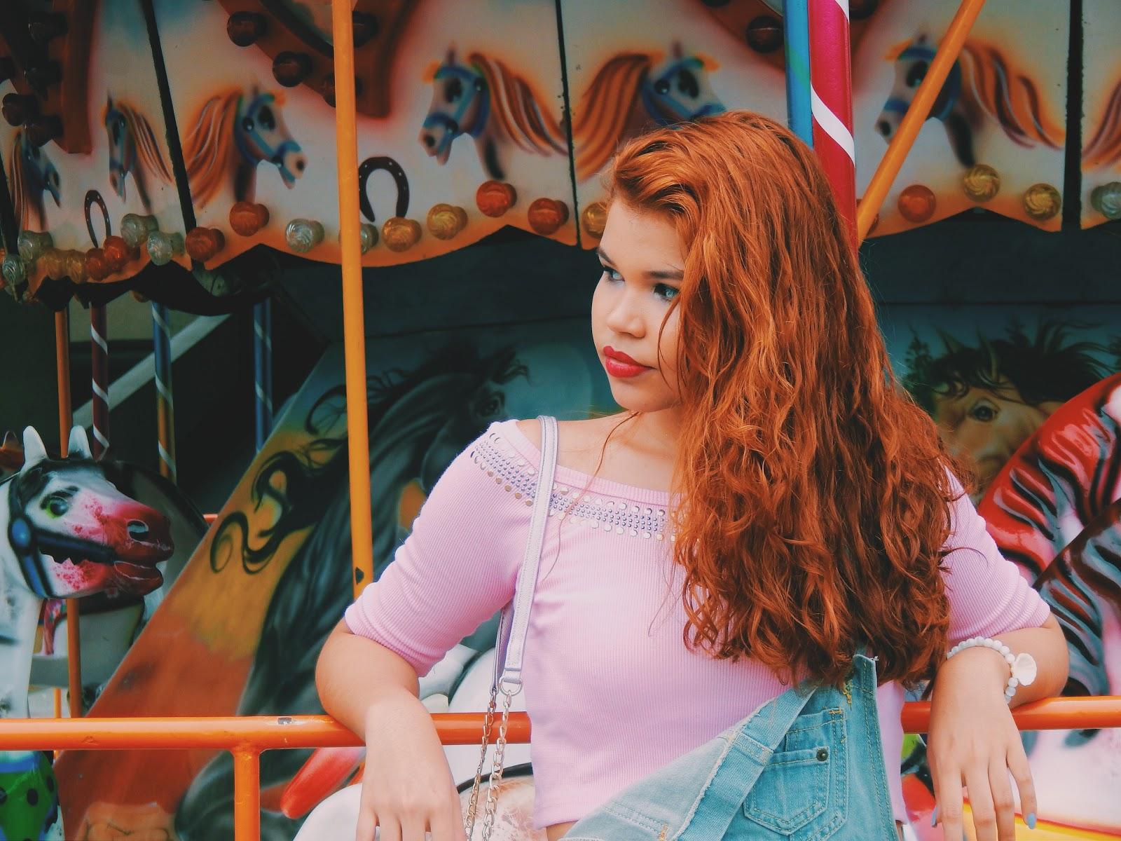 Jardineira jeans, look candy, look pastel, look rosinha, fotos no parque, fotos criativas, bolsa redonda rosa metálica, bolsa metálica, look tênis branco, look confortável, ingrid gleize
