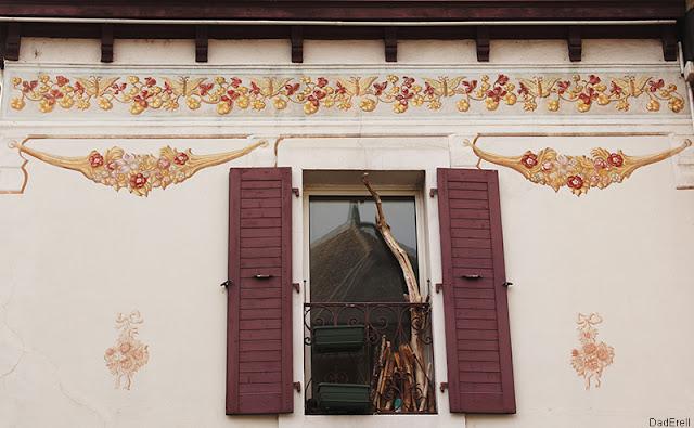 Frise sur un façade de maison, Thonon-les-Bains.