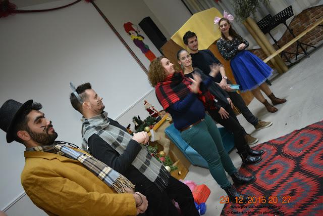 """Η θεατρική ομάδα """"Βρες το"""" στο Χριστουγεννιάτικο Χωριό του Κόσμου. (ΒΙΝΤΕΟ)"""