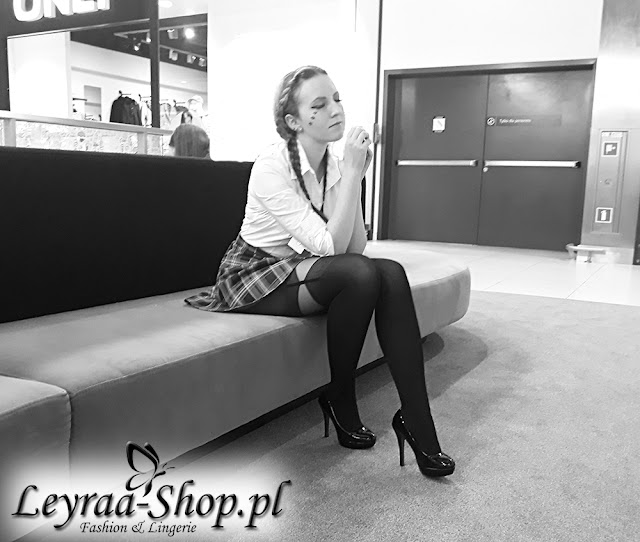 Biała koszula body leyraa-shop.pl, czarne rajstopy a'la pończochy, spódnica w czerwoną kratkę, szpilki, makijaż niebieskie gwiazdki pod okiem eyelinerem robione, warkocze dobierane