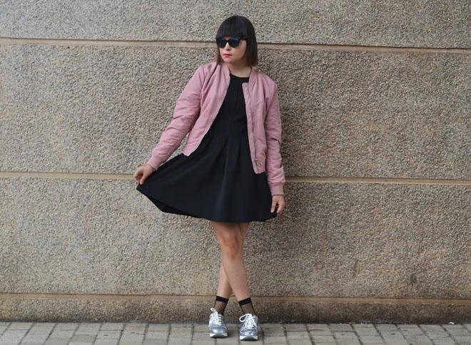 Vestido negro con zapatillas plateadas