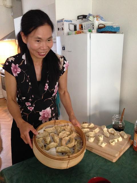 Maggie laat het stoommandje met de gare dumplings aan ons zien.