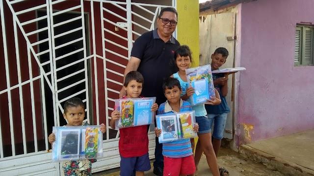 O prefeito de Japi faz distribuição de Kits escolares