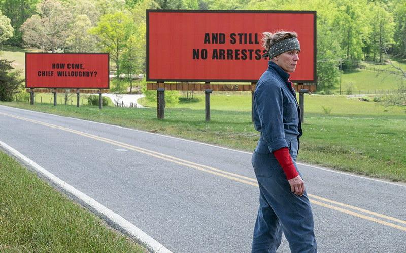 «Οι τρεις πινακίδες έξω από το Έμπινγκ, στο Μιζούρι» στο θερινό κινηματογράφο Φλοίσβο