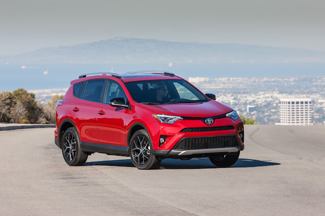 Front 3/4 view of 2016 Toyota RAV4 SE