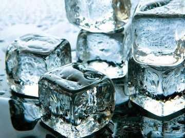 Kenali perbedaan es batu yang dibuat dari air matang atau mentah