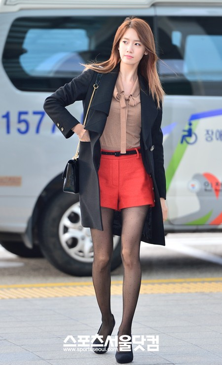 Snsd S Yoona Flaunts Her Slender Legs At The Airport