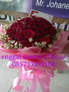 rangkaian karangan bunga tangan mawar merah model bulat