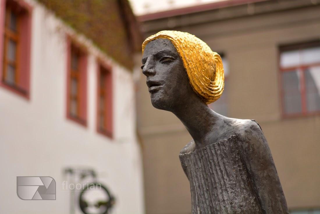 Co warto zobaczyć w Hradec Králové? Rzeźby przy teatrze.