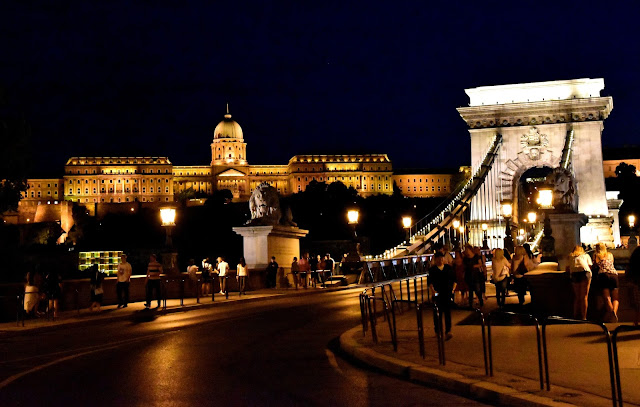 Budapest - Burgpalast und Kettenbrücke bei Nacht