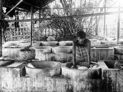 Foto proses pembuatan batik jaman dulu Pekalongan