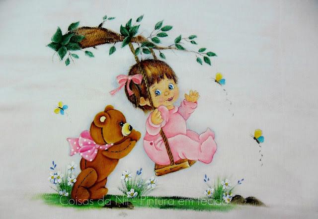 fralda com pintura de menina no balanço com ursinho