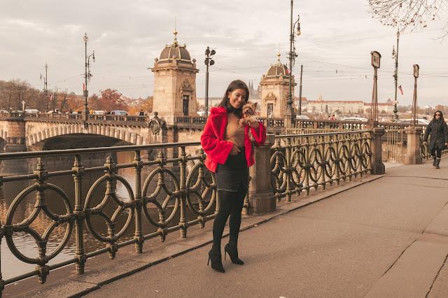 Praga/ stylizacja z czerwonym futerkiem - Czytaj więcej