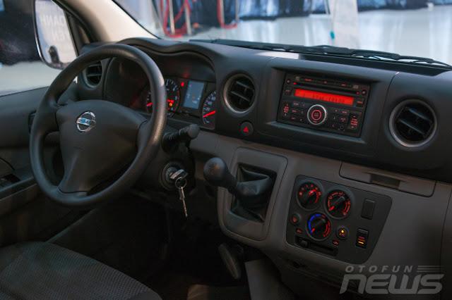 nội thất của xe Nissan là thiết kế vô lăng 3 chấu bằng chất liệu nỉ khá trẻ trung và mới mẻ