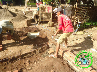 FOTO 5 : Pemasangan pondasi   warung benih MANGYONO.com dan lumbung padi
