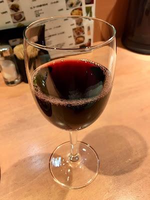 三軒茶屋にあるファーマーズチキンのグラス赤ワイン