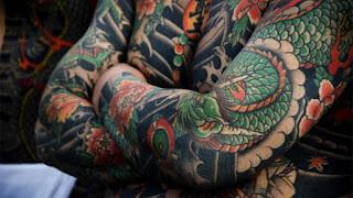 tato yakuza di tangan