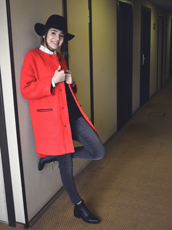 fashionblog_diyorasnotes_look_of_the_day_a_little_bit_of_red_coar_asos_hat_boots