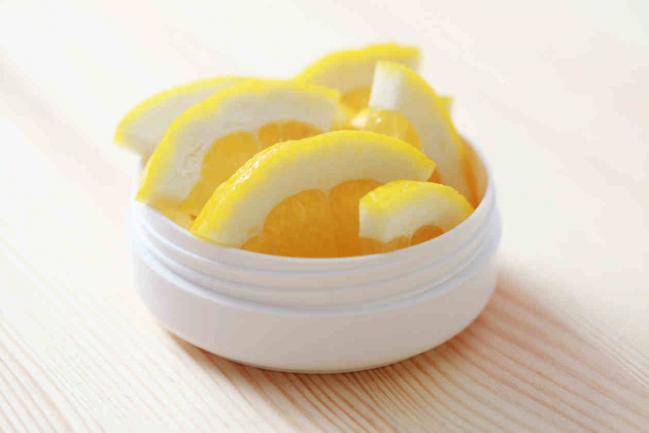 Traiter les verrues plantaires avec le vinaigre de cidre et le citron
