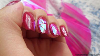 przyklejanie folii celofanowej na paznokcie