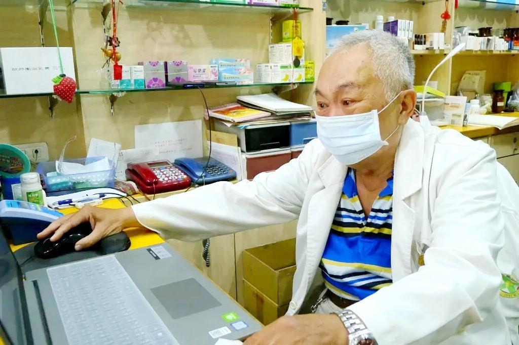 感人!台南72歲老藥師包著尿布也要賣口罩|假日都不休息|只為了想多服務民眾