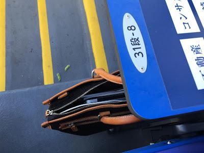 神宮球場の環境ステーションシートのサイドテーブルの下の荷物置き場