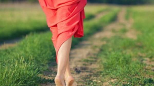 11 Manfaat Berjalan Tanpa Alas Kaki