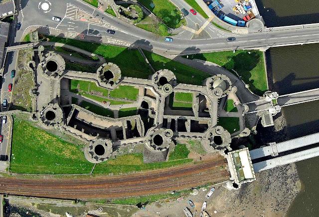 A foto aérea permite se fazer uma ideia da adequação do castelo à natureza. É claro que autopistas e modernices não existiam