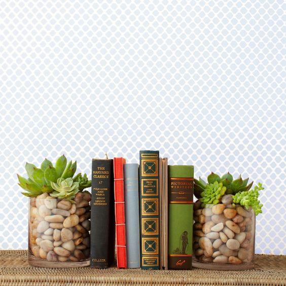 apoio de livro fácil com pote de vidro, pedras e suculentas